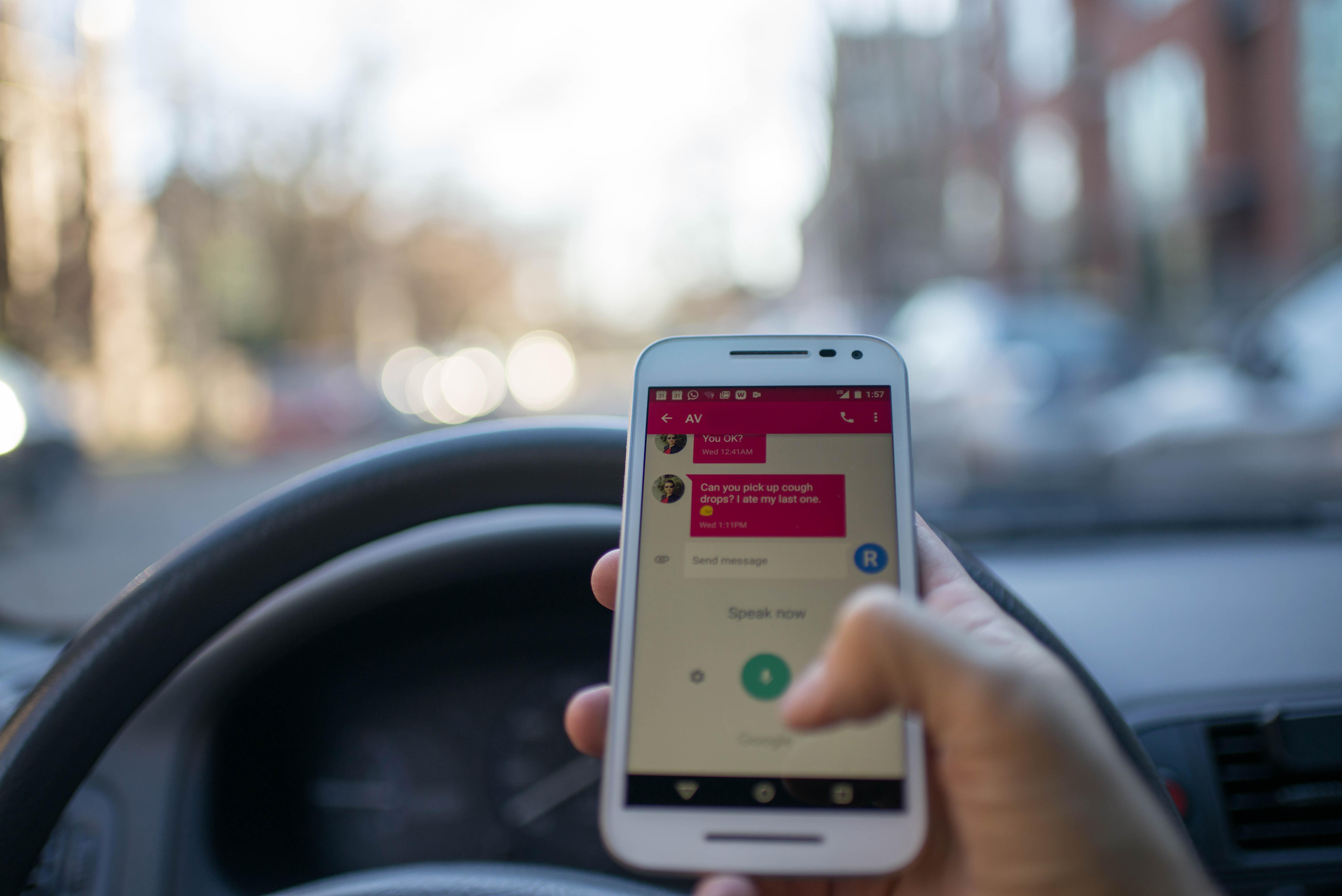 Vairuojant – lūpdažis rankoje saugiau nei mobilusis?
